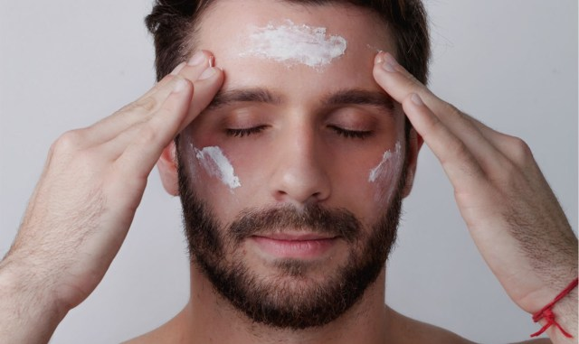 Esfoliando o rosto do homem
