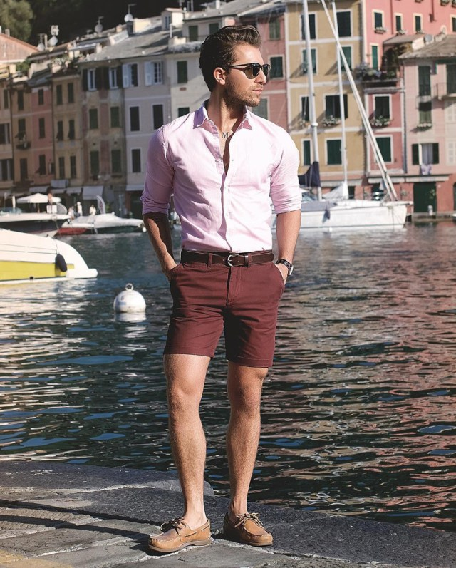 Look masculino com camisa rosa e bermuda