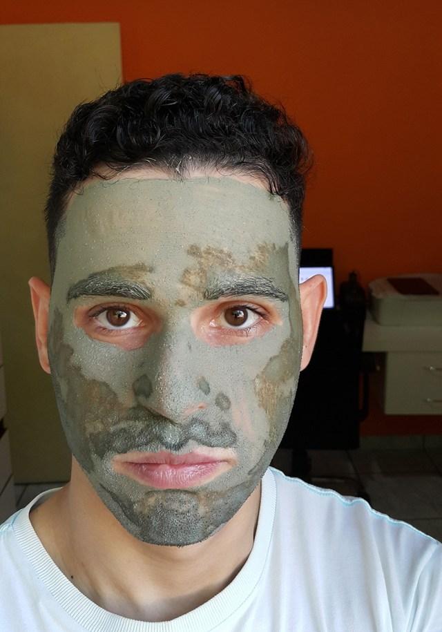 Marco Macei com máscara de argila verde