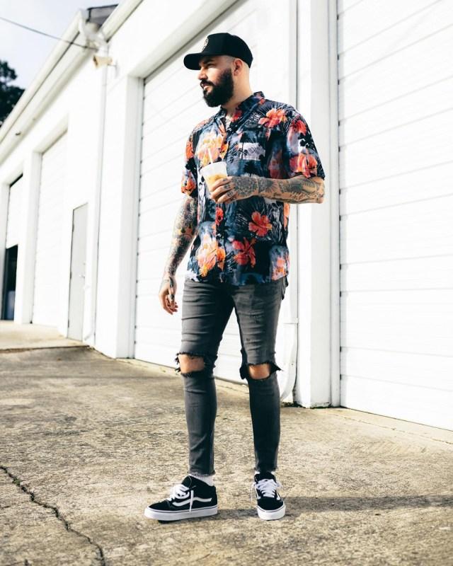 Look street style com camisa estampada floral