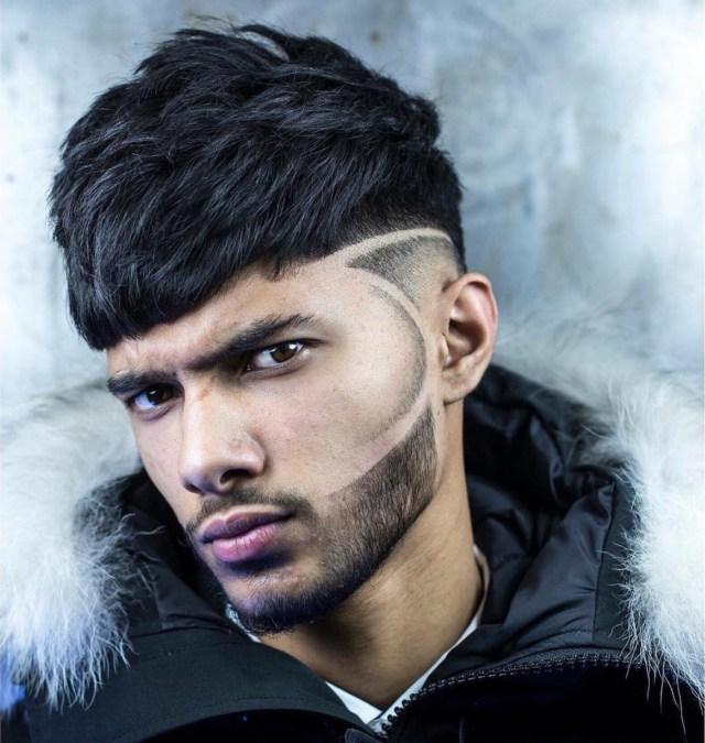 Homem com risco no cabelo e barba