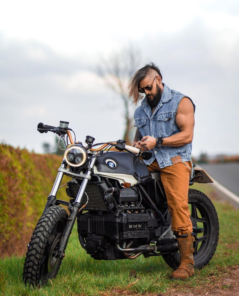 Look masculino estilo motociclista: bota biker