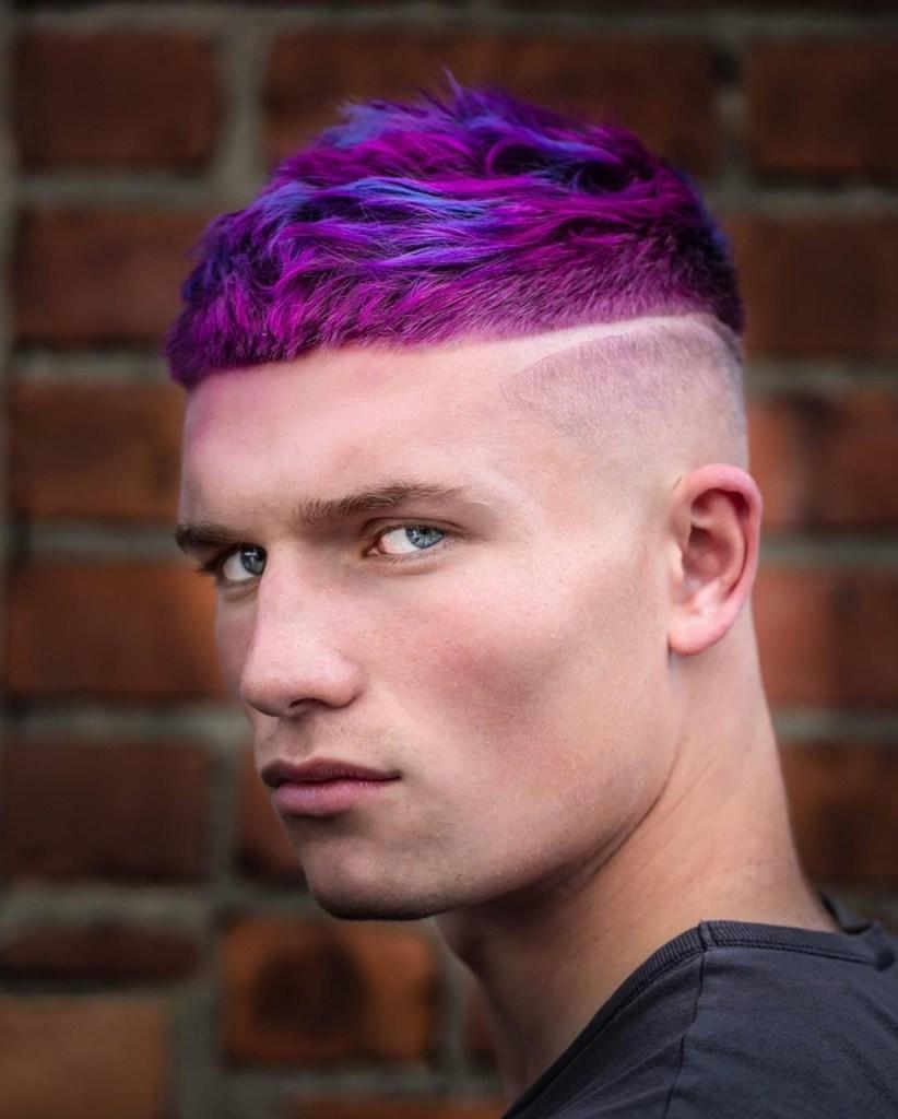 Homem de cabelo violeta/roxo