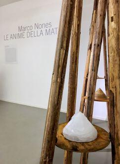 Le anime della Materia, ghiaccio, cera, terra, legno. Installazione di Marco Nones foto a Eugenio Del Pero