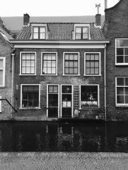 Huis-aan-gracht-Delft