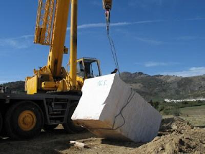 colocando un bloque de caliza de 27 Tm