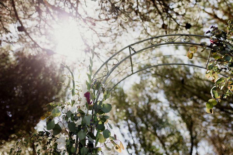 flores do arco de cerimónia de casamento ao ar livre