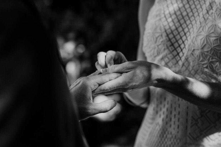 noiva a trocar alianças com o noivo