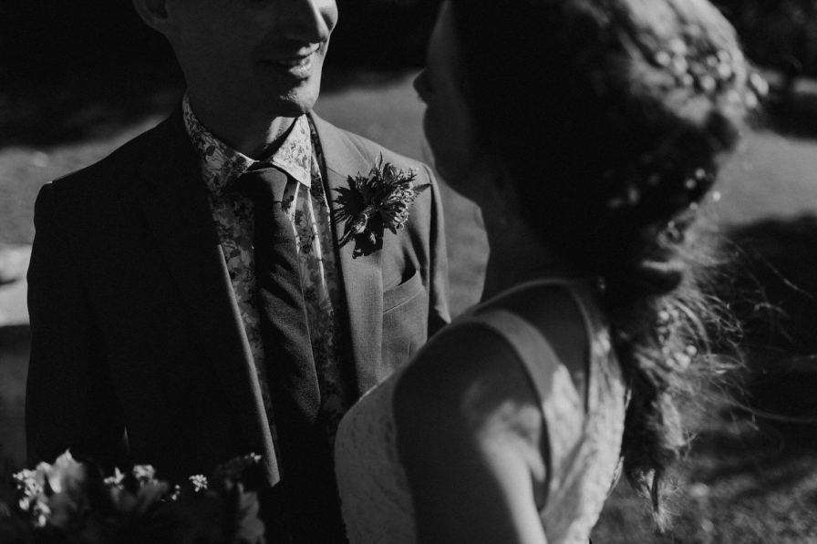 pormenor do sorriso do noivo a olhar para a noiva