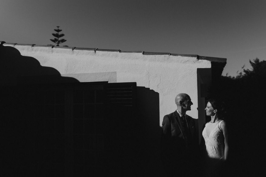 retrato artístico a preto e brando de noivos