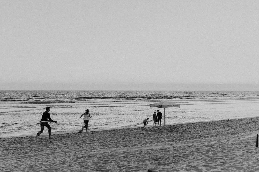 namorado e namorada a correr pela praia
