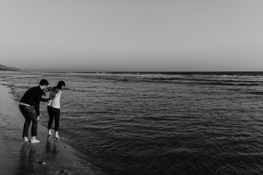 noivos brincam na praia