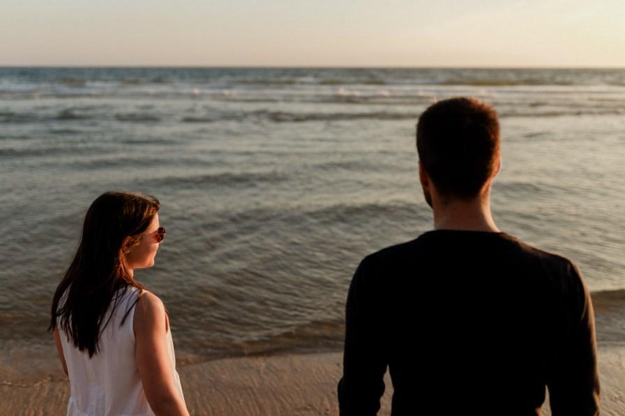 namorados ao por do sol na costa da caparica