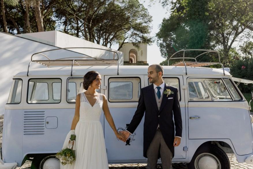 retrato dos noivos em frente à carrinha vw azul da kombimania