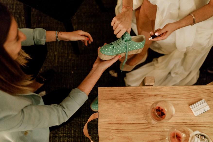 wedding planner casar com graça ajuda a noiva a calçar tenis