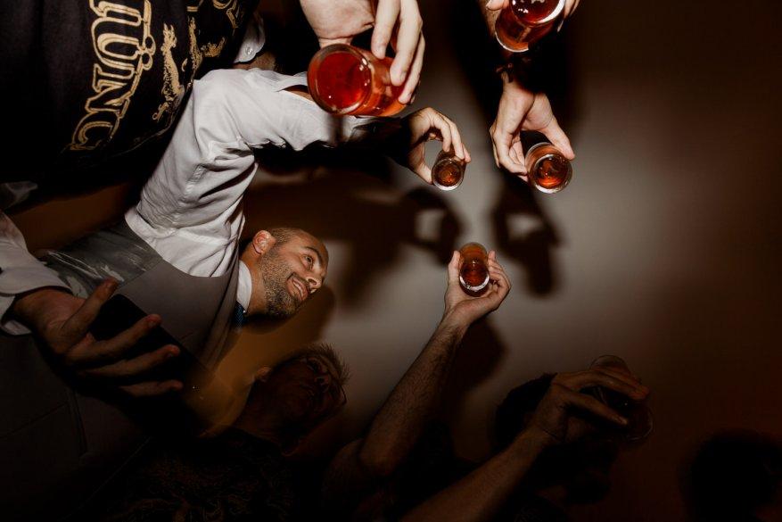 amigos celebram o casamento com cervejas na mão