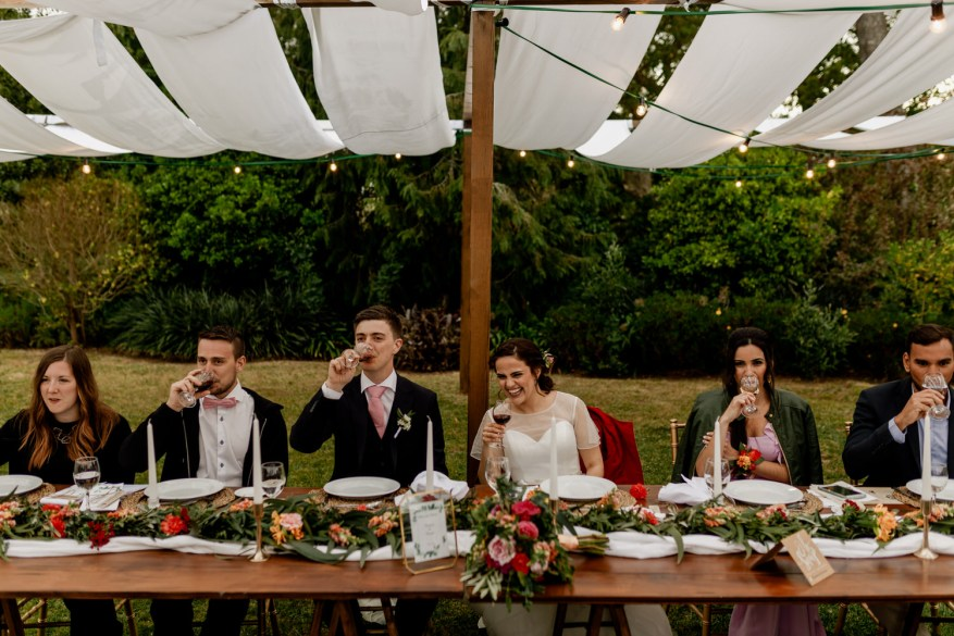 noivos brindam à mesa durante o almoço do casamento na quinta casa portuguesa