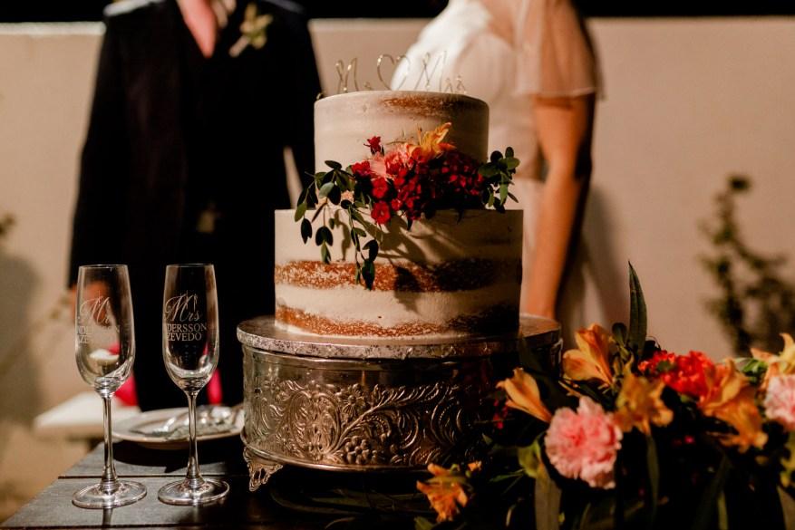 bolo dos noivos e taças de champagne