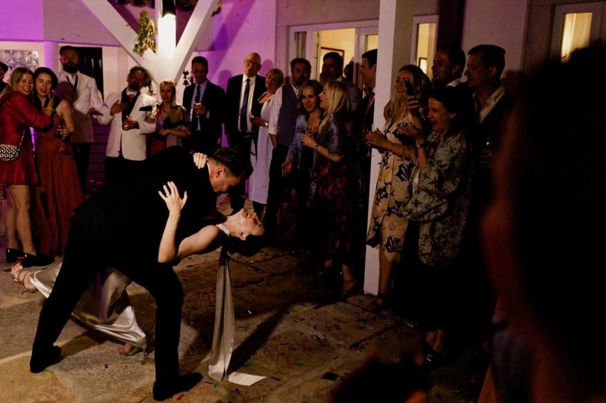 romantic moment at a wedding in hotel casa palmela