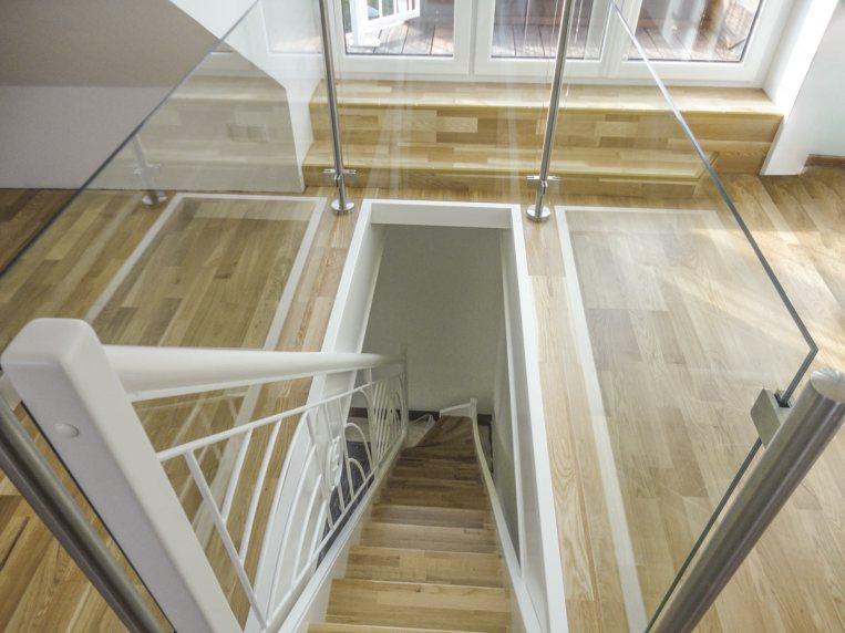 Treppe mit Eichentrittstufen, Zier- und Nurglasgeländer