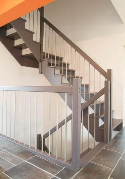 Offene Treppe in RAL-grau lackiert mit Edelstahlsprossen