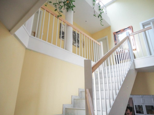 Weißes Geländer mit Deckenverblendung und Eschenholzhandlauf