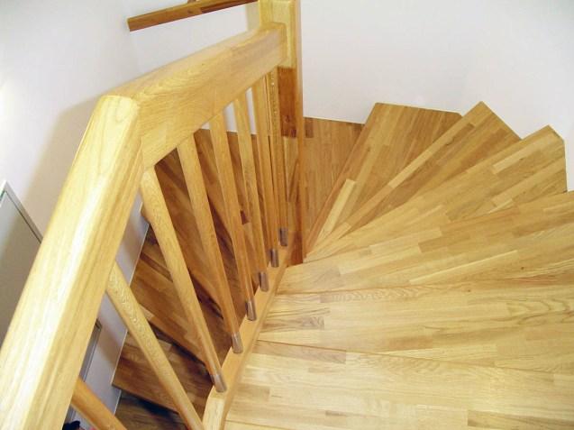 Stufenbelege aus Eichenholz mit kombinierten Holz/Edelstahlgeländerstäben