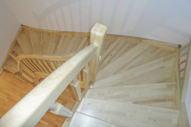Treppe aus Birkenholz mit Holzsprossen