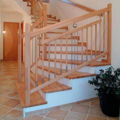 Trittstufen aus Buchenholz mit Geländer aus Holz/Edelstahlkombination