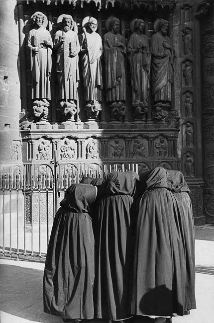 Paris, 1953. Devant Notre-Dame, ces religieuses ne regardent pas les saints, mais papotent entre elles. Je ne saurai jamais le secret de ces dominicaines.