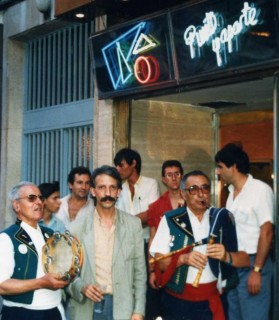Edilberto Alonso na porta da discoteca Punto y Aparte