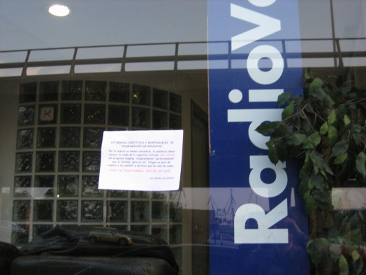 Nota en la puerta de RadioVoz