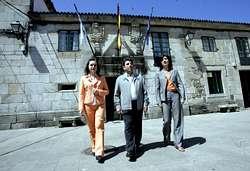 De esquerda a dereita, Socorro Cea (BNG), Manuel Prado (PSOE) e a alcaldesa, Ánxeles Vázquez (PP), que se estrea como cabeza de lista nunhas municipais