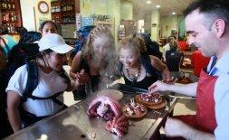 Jorge, yerno de Ezequiel, sirve dos raciones de pulpo 'a feira' recién cocinado a un grupo de presas de la cárcel de Brieva (Ávila) . Cada día vende u