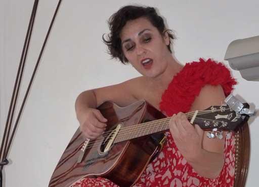Rebeca Ponte coa guitarra en El Rincón de Vaibén