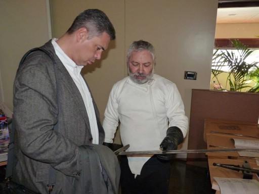 Enrique Dans recibindo unha lección sobre esgrima histórica