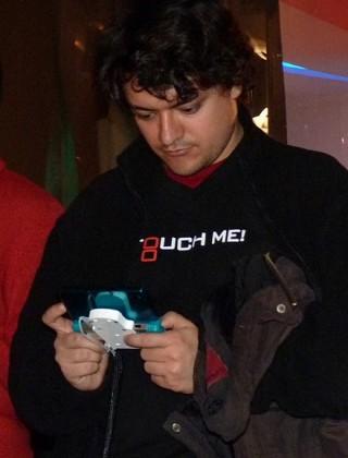 rapaz concentrado xogando coa 3DS