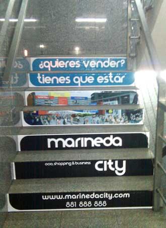 publicidade nas escaleiras do aparcadoiro da praza de Lugo