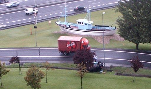 coche envorcado xunto ao barco de Chanquete