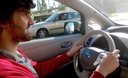Daniel Seijo conducindo o Nissan Leaf polas rúas da Coruña