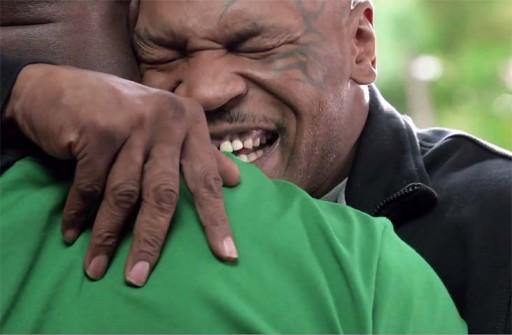 Mike Tyson abrazando a Evander Holyfield