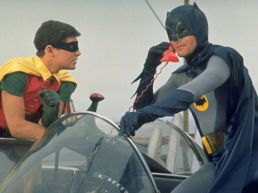 Robin e Batman facendo uso dun bateléfono