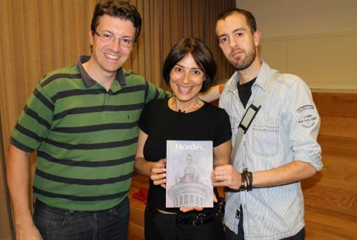 Pedro Rey e Nieves Rodríguez posando con Kike Díaz, autor de Nordés