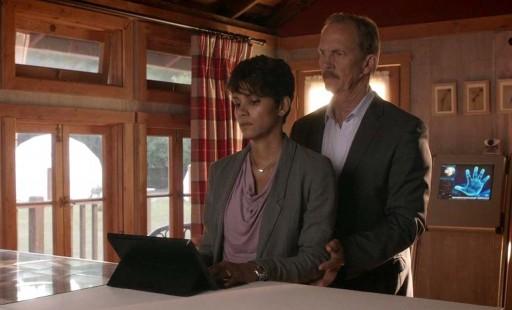 Halle Berry usando un Surface Pro en Extant
