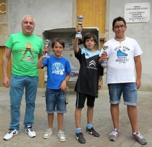 Os tres gañadores infantís, Garea, Cajide e Álvarez, co patrocinador, Xesús Segade, dono da Adega Mandil, patrocinadora do evento