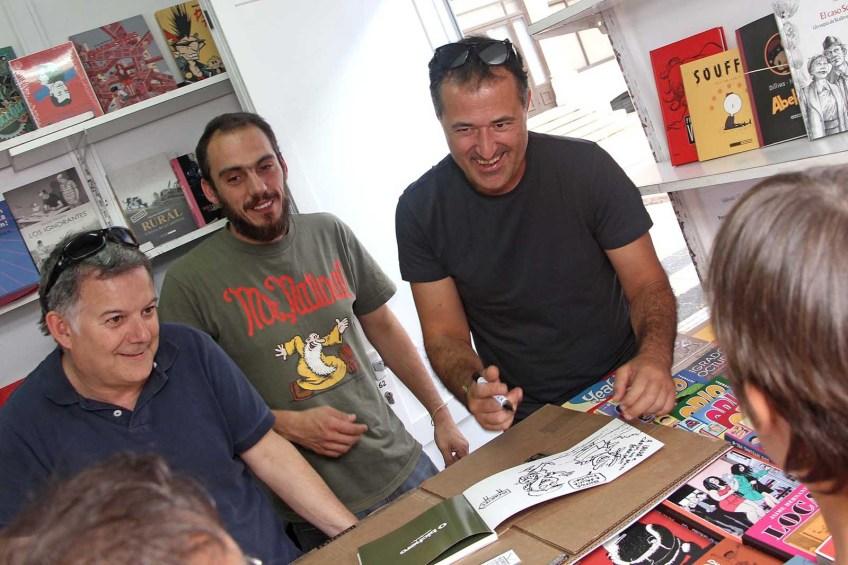 Luís Davila asinando exemplares na caseta de Kómic