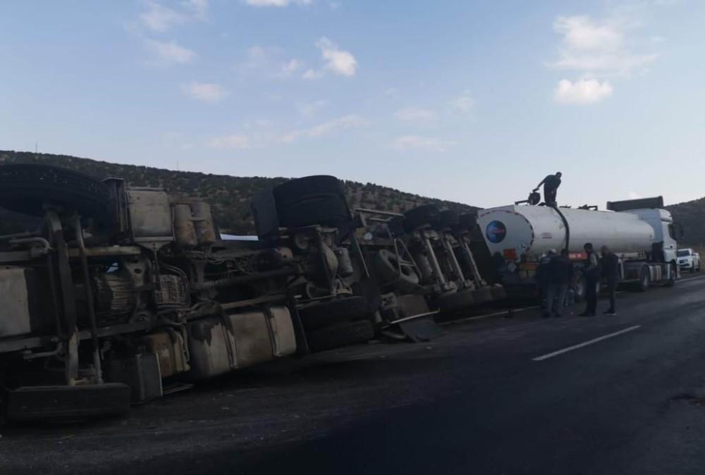 Mardin'de ham petrol yüklü tır devrildi