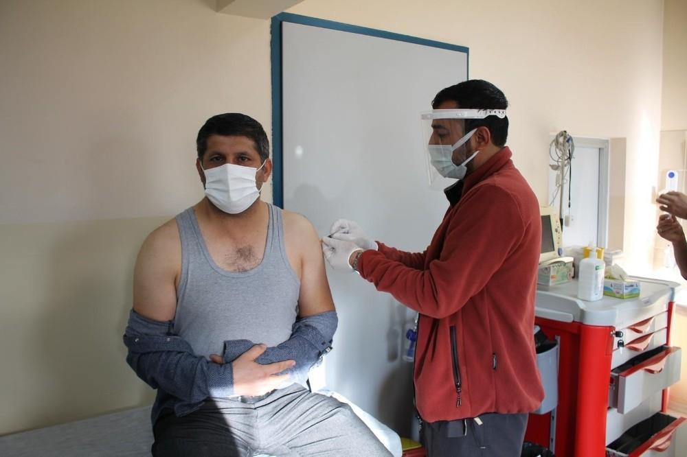 Midyat'ta sağlık çalışanlarına korona virüs aşısı yapılıyor