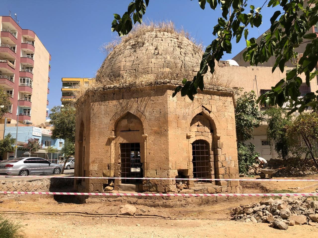 Artuklular döneminden kalan tarihi kümbetin restorasyonu sırasında 3 mezar bulundu