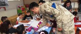 Mehmetçik'ten gıda ve yakacak yardımı